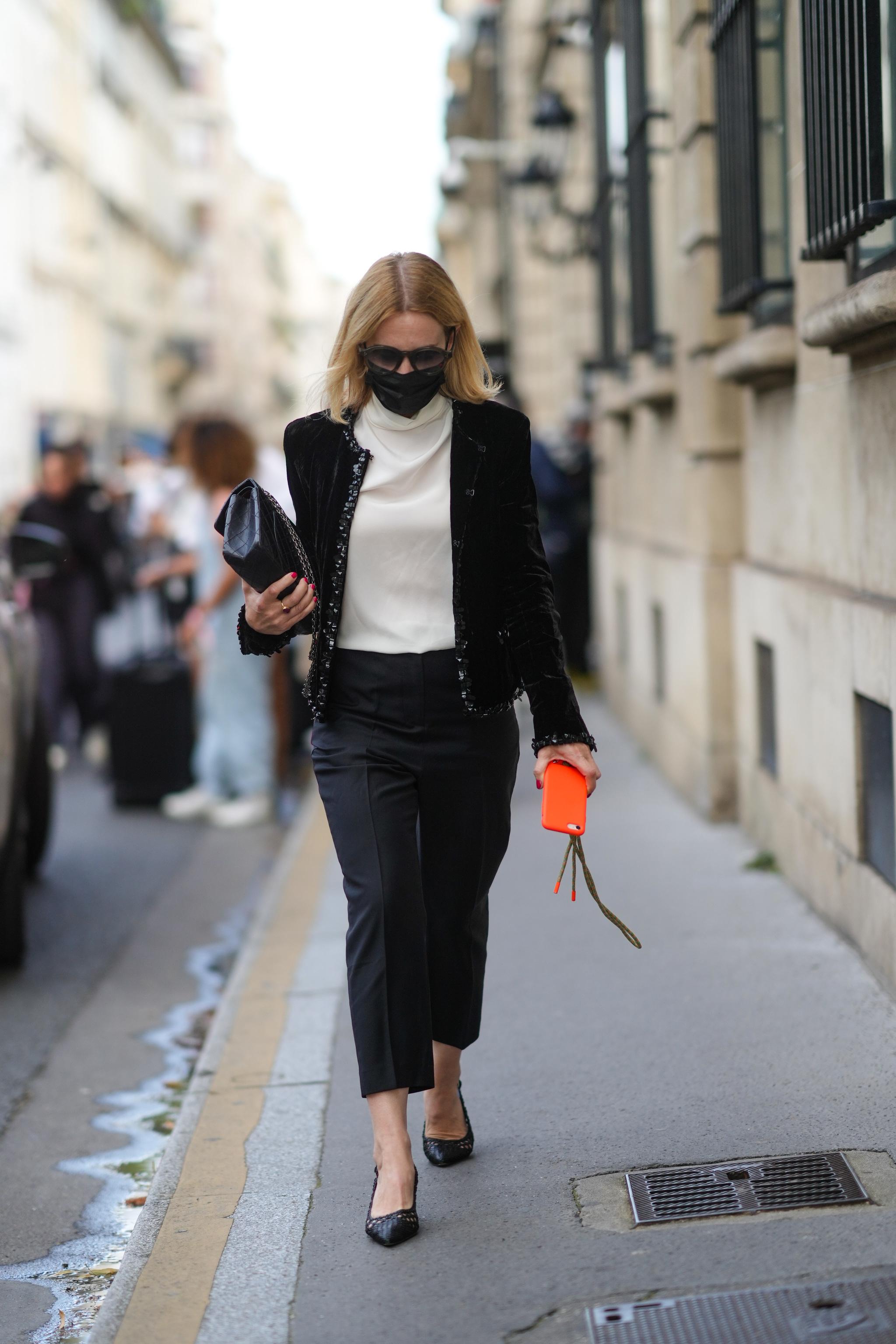 Combina la chaqueta de tweed con pantalón negro y blusa de seda.