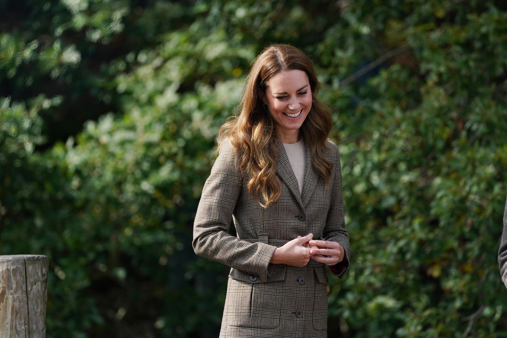 Kate Middleton se mantiene fiel a su castaño pero con mechas muy finas que consiguen el efecto de aclarado general de su melena fuerte y abundante.