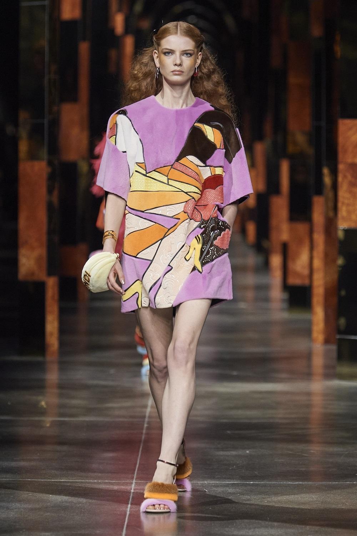 Vestido corto de patchwork con ilustraciones de Antonio López, de Fendi.