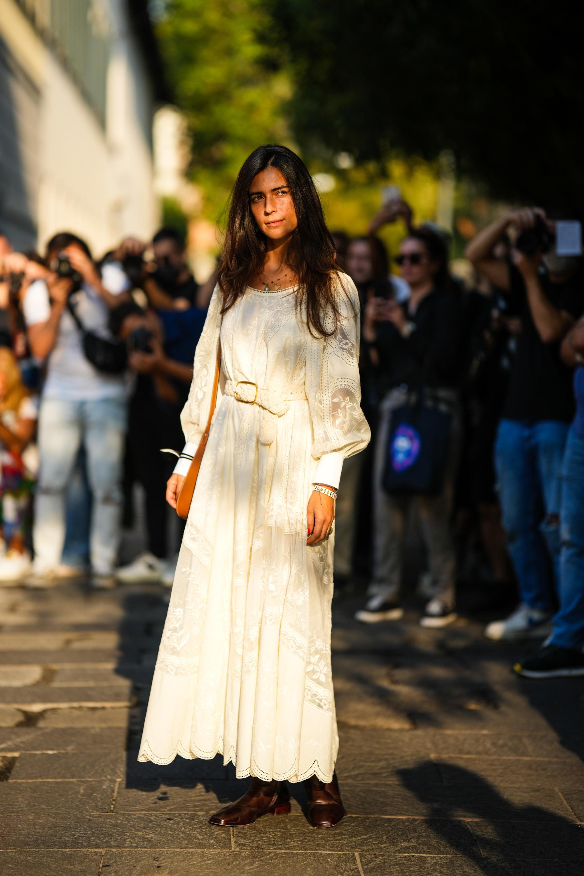 Un vestido blanco es una opción impecable.