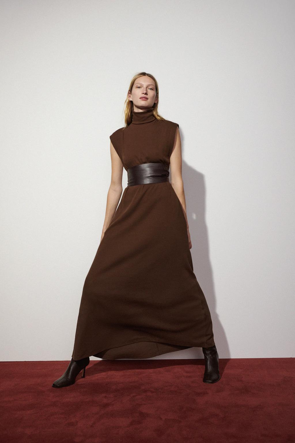 Vestido marrón de cuello subido