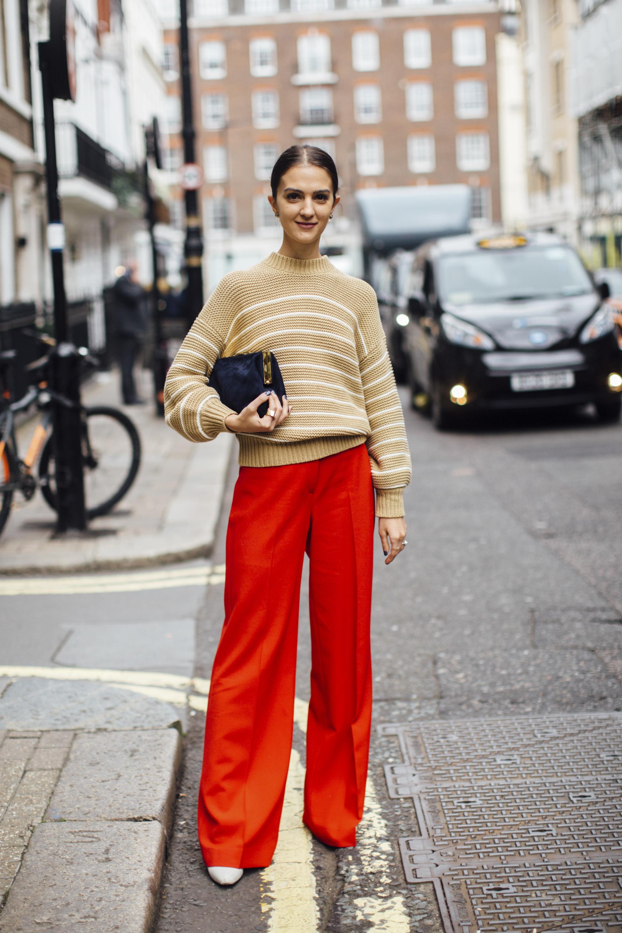 Jersey de rayas con pantalón rojo.