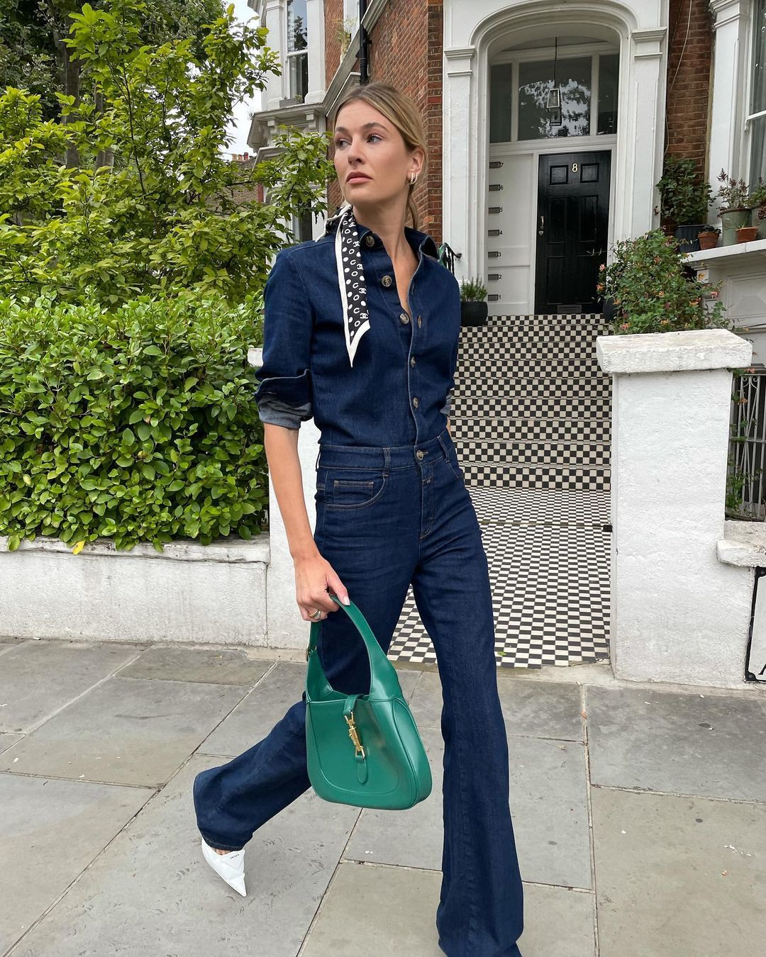 Camille Charriere con total look denim.