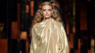 Vestido corto dorado, de Fendi.
