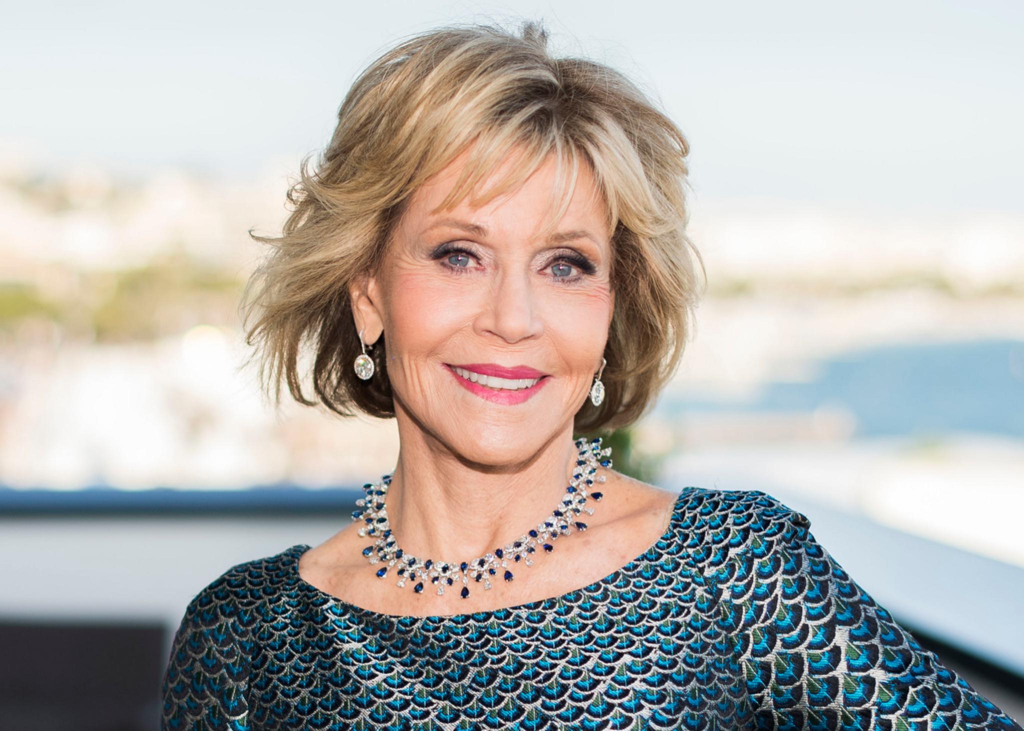 Jane Fonda luce un corte degradado con capas para su media melena que le aporta más volumen y movimiento a su cabello.