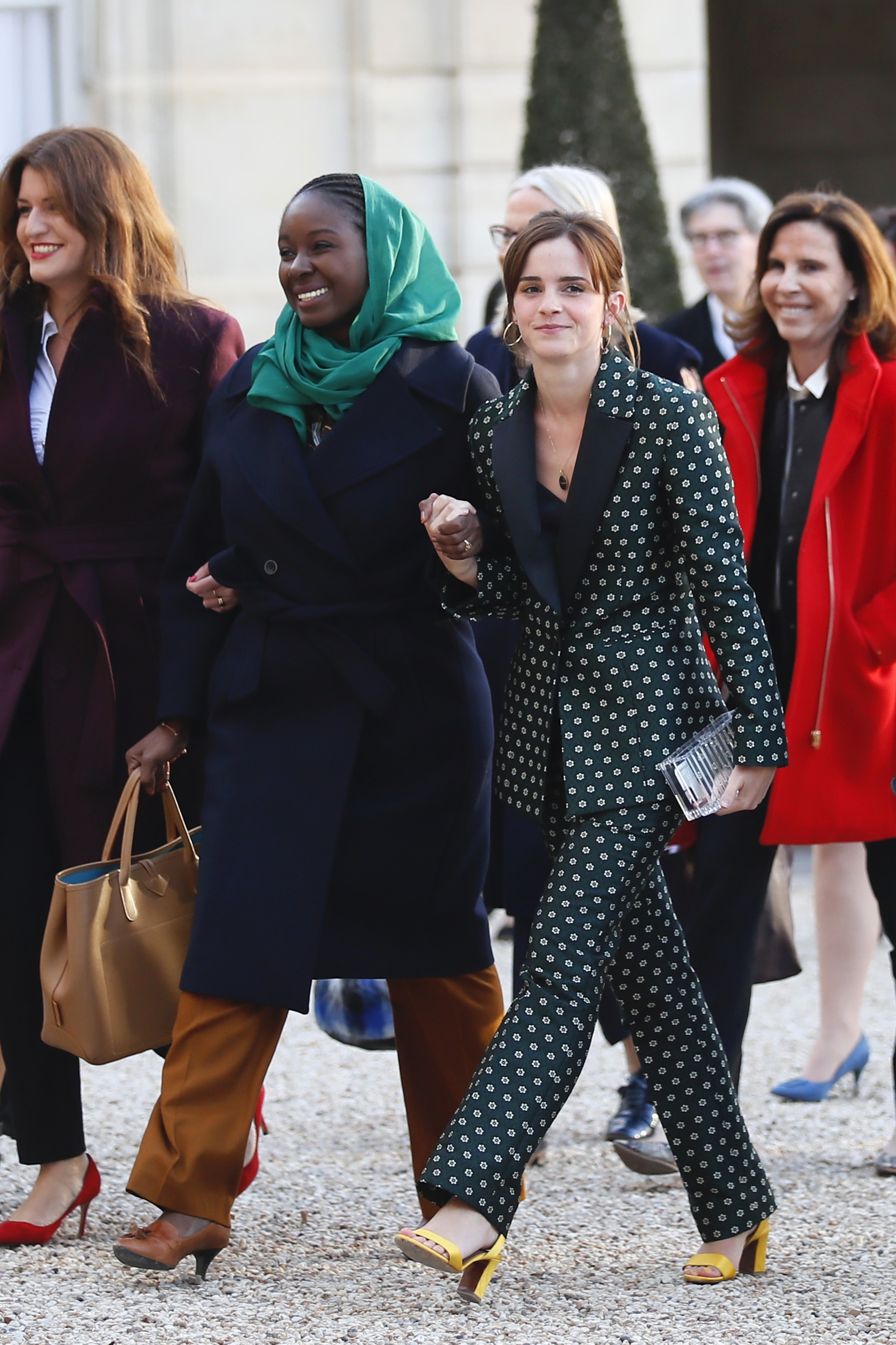 Emma Watson con traje de chaqueta verde