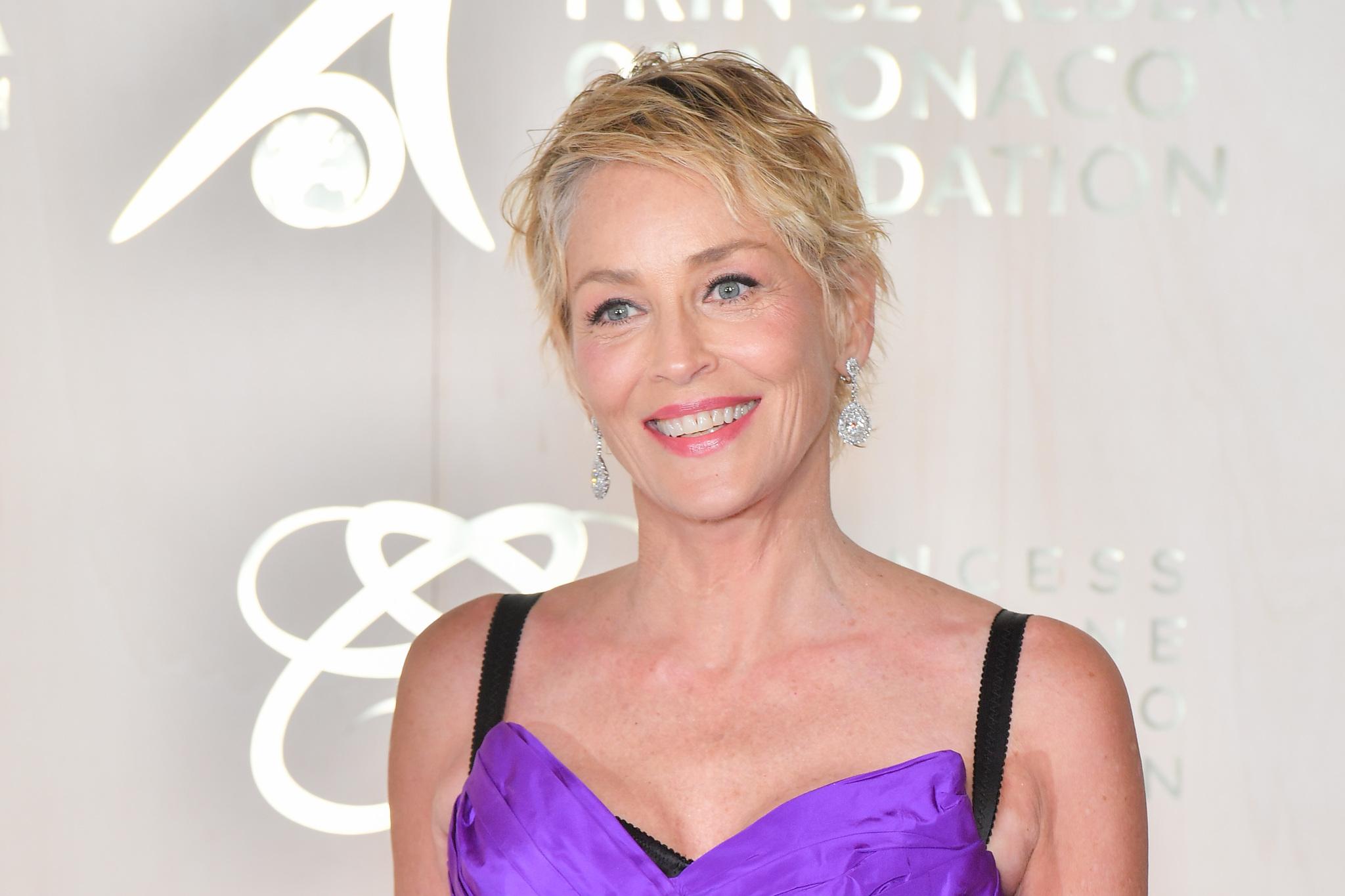 Con el pelo más corto y con un pixie efecto wet, ha vuelto a dejar Sharon Stone al mundo con la boca abierta.