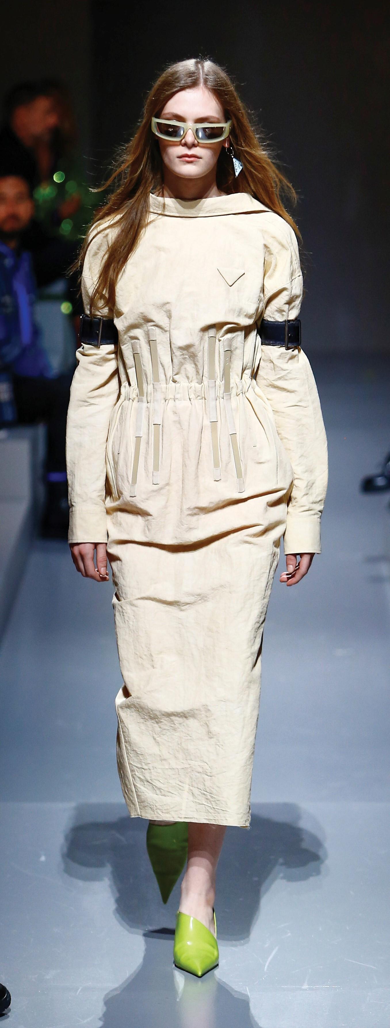 Vestido con la espalda al aire de la colección de Prada primavera-verano 2022.
