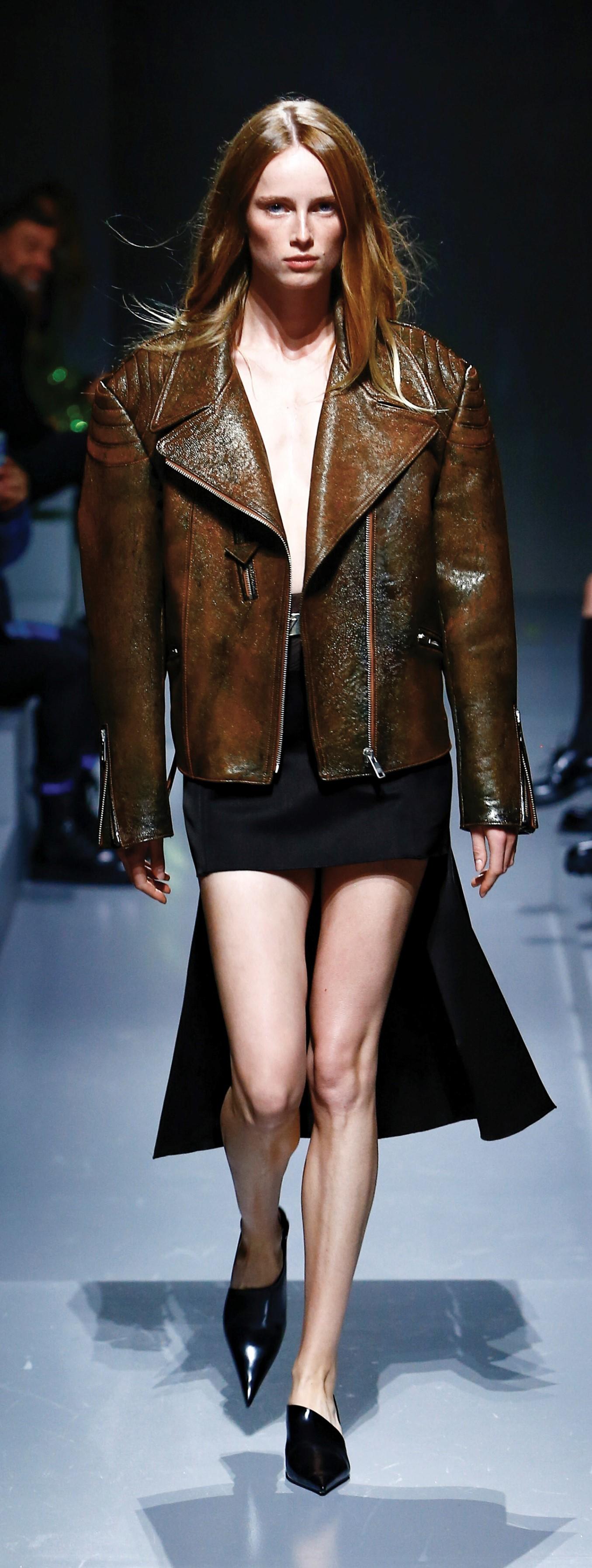 Chaqueta perfecto oversize y mini con cola, colección primavera-verano 2022, Prada.