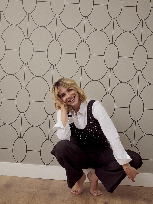 Andrea Duro con un look working girl perfecto para el otoño. Disponible en Kocca.