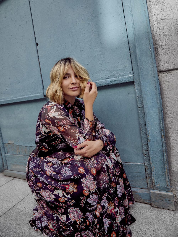 Andrea Duro con vestido maxi de estampado floral de Kocca.