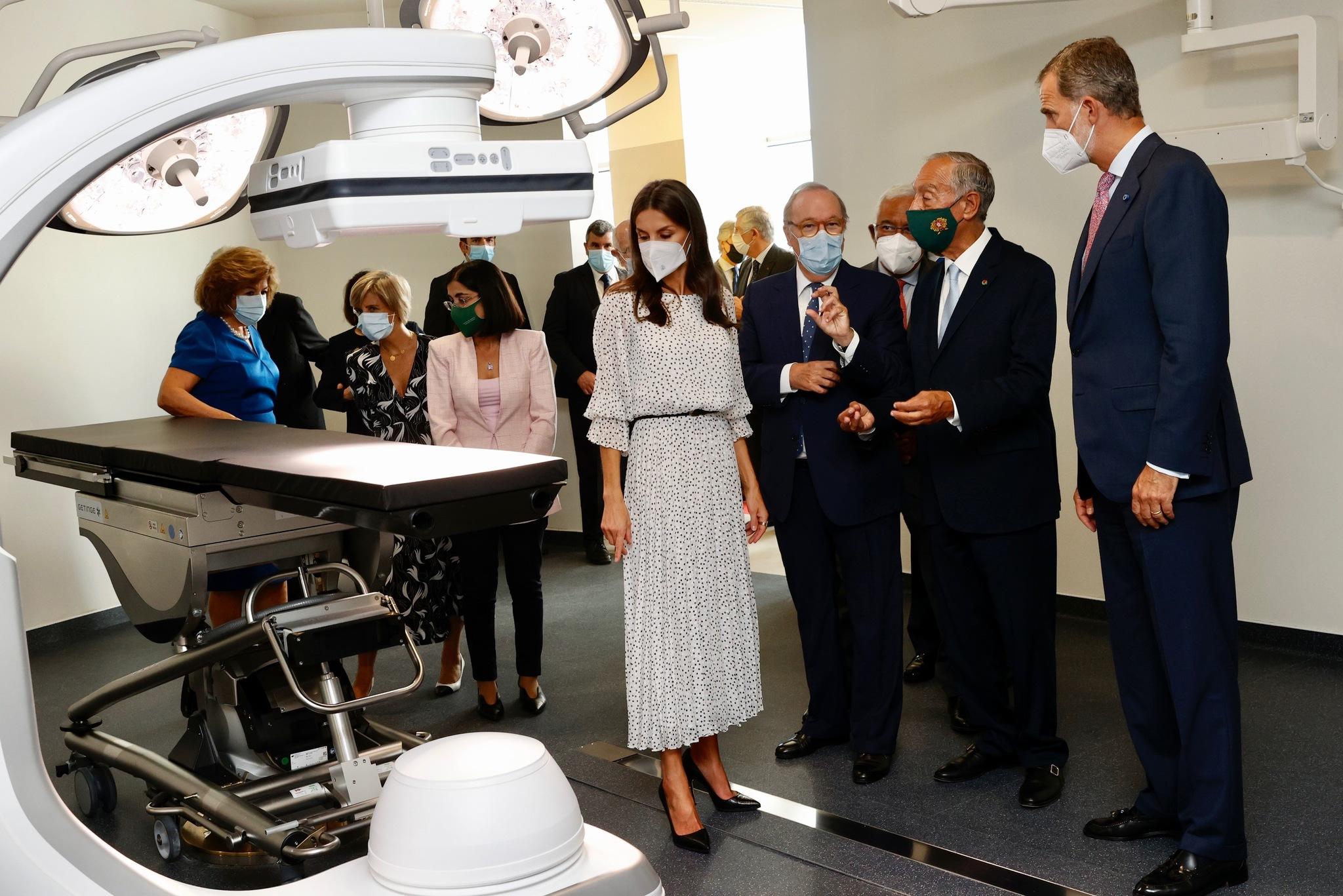 Los reyes Felipe y Letizia en el centro de investigación y tratamiento del cáncer de páncreas de Lisboa.