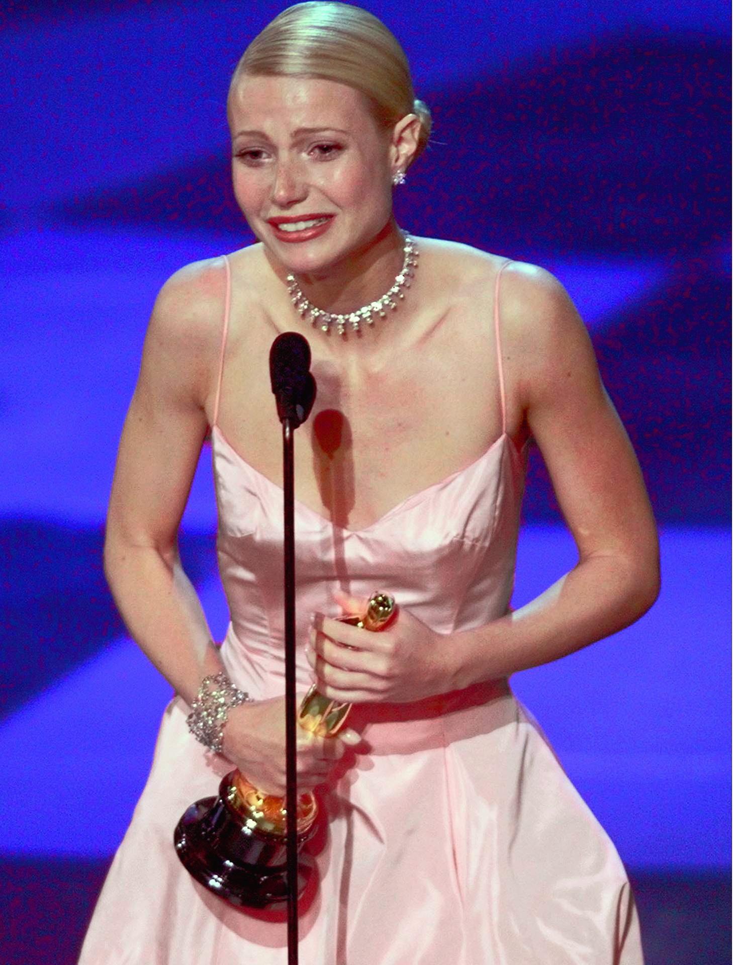 """Gwyneth Paltrow recogiendo el Premio Oscar por """"Shakespeare in love"""" en 1999."""