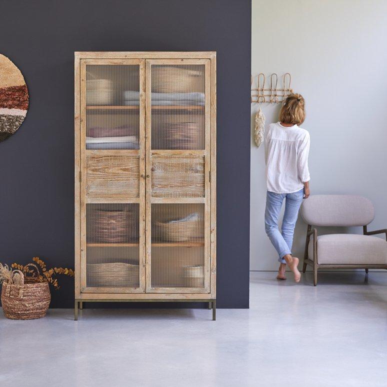 En el la cocina-comedor. Armario en pino Andrea. Diseño vintage y estilo auténtico. Este armario está inspirado en las alacenas de antaño y cuenta con gran capacidad de almacenaje como las vajillas, los manteles y las servilletas. Tikamon (989 euros).