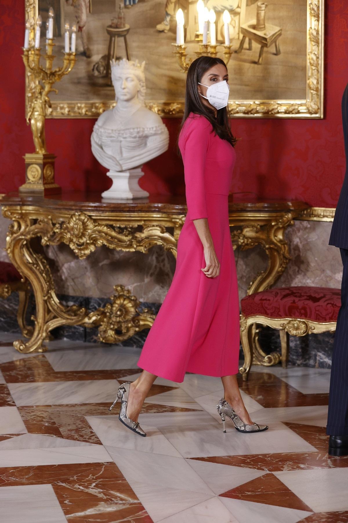 La Reina Letizia con unos salones en animal print.