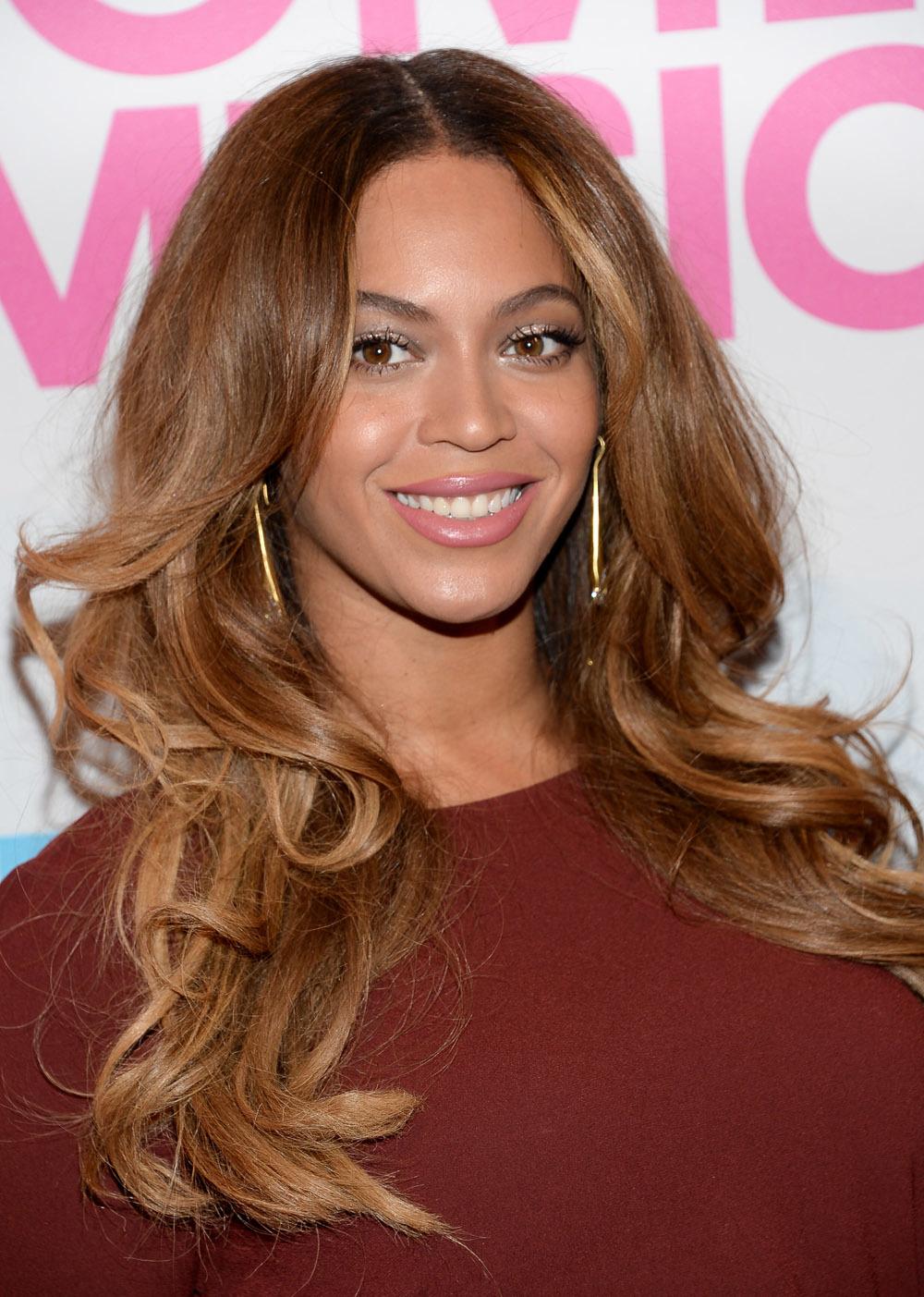 Las melenas XXL con un desfilado a la altura del mentón son perfectas para las mujeres con rostro ovalado como Beyoncé.