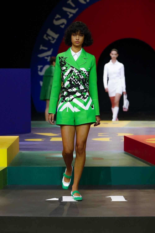Chaqueta corta y shorts de la colección primavera-verano 2022 de Dior.
