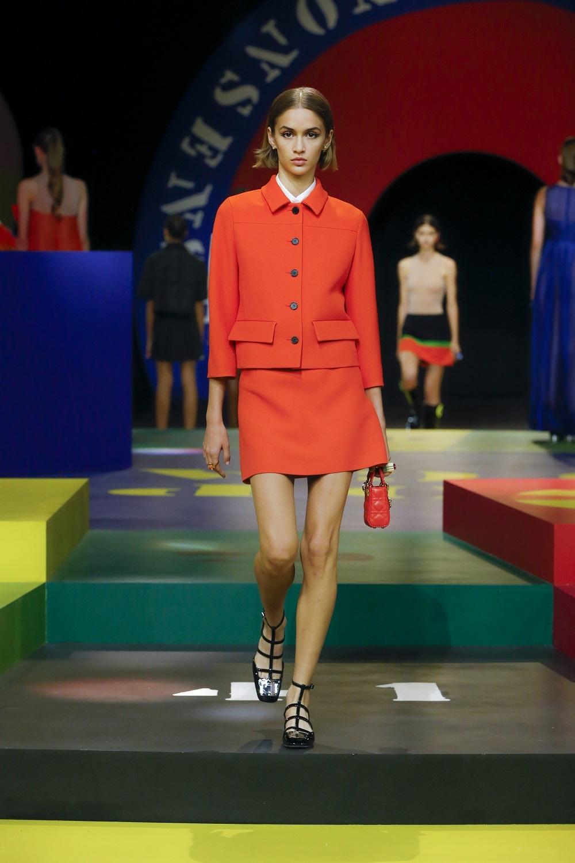 Sastre con mini de la colección primavera-verano 2022 de Dior.