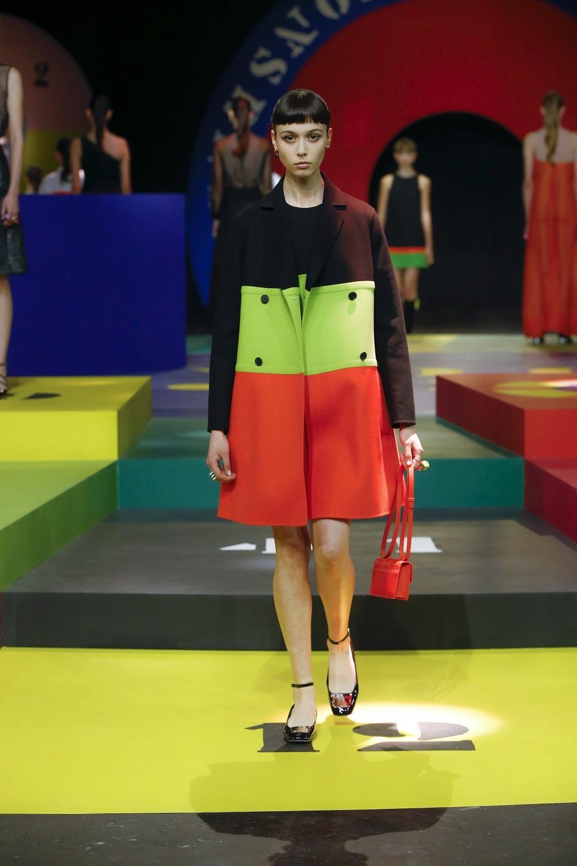 Abrigo tricolor de la colección primavera-verano 2022 de Dior.