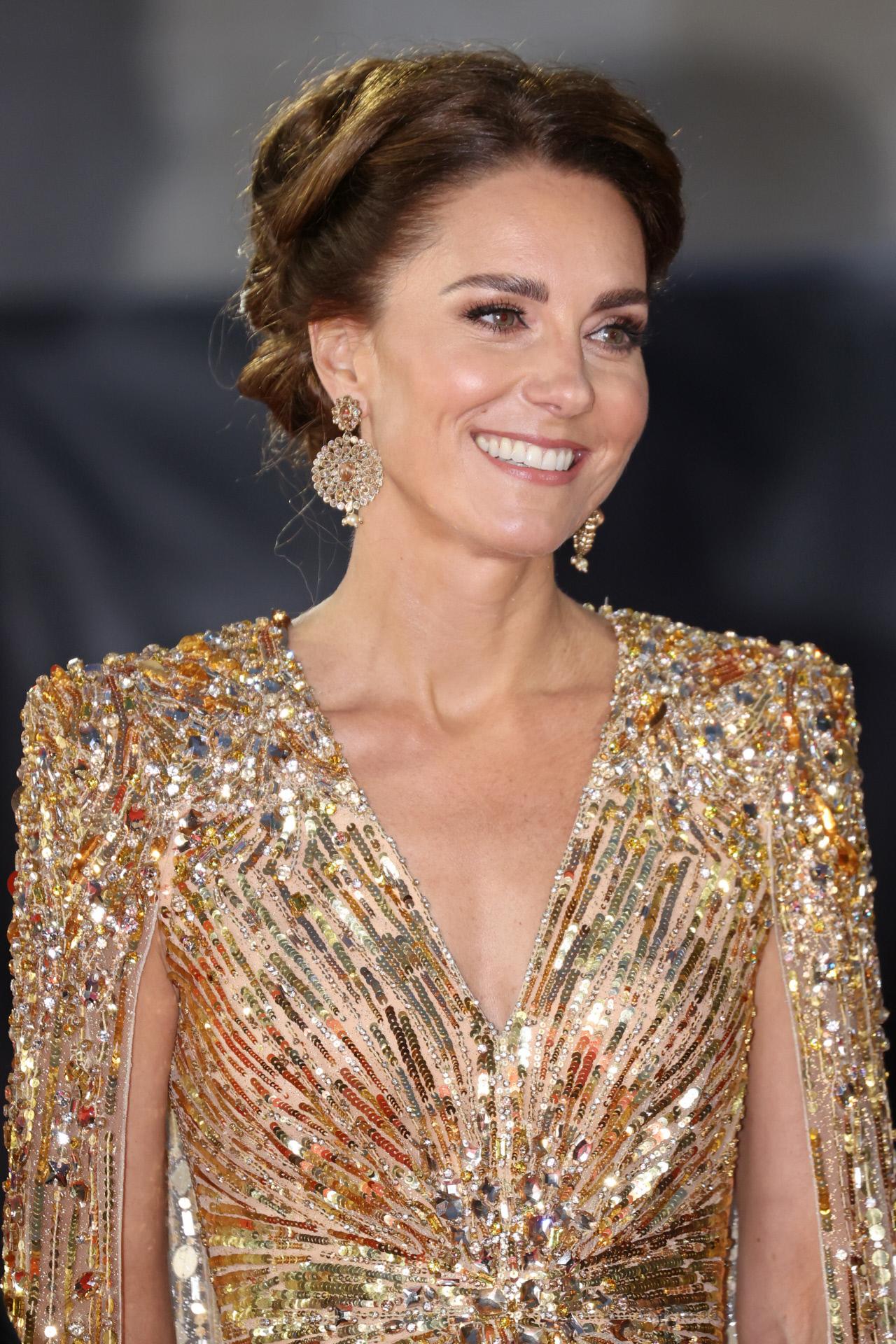 Con un maquillaje muy natural que realzaba su mirada, Kate Middleton eligió un recogido para peinarse.