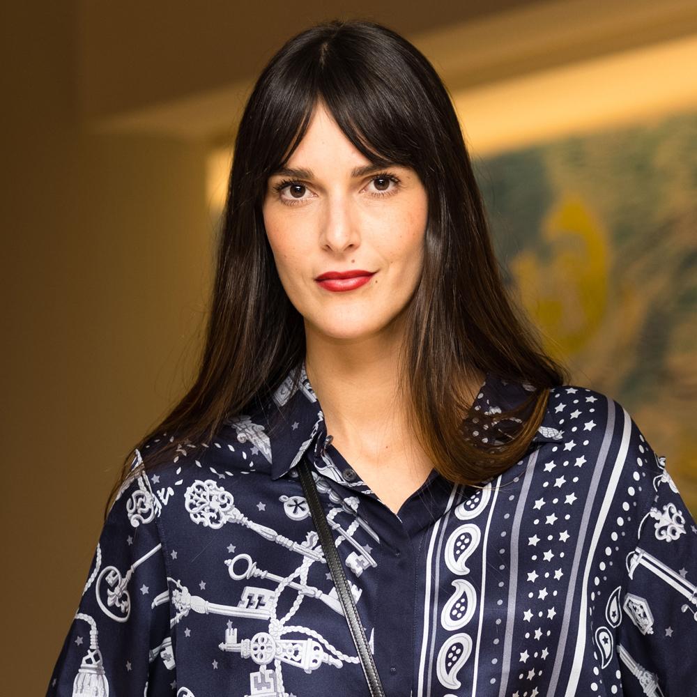 Leia Sfez lleva el flequillo abierto y largo integrado en su melena, fácil de peinar y favorito de las parisinas.
