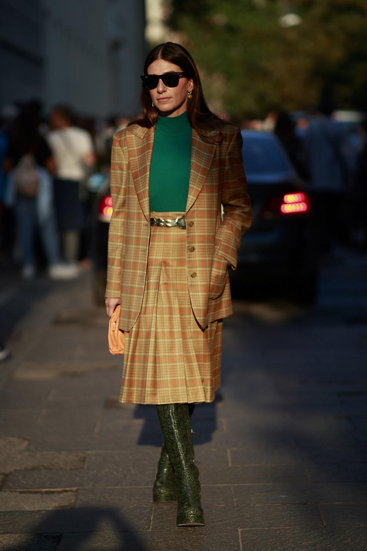 Saste falda de cuadros en las calles de Milán.