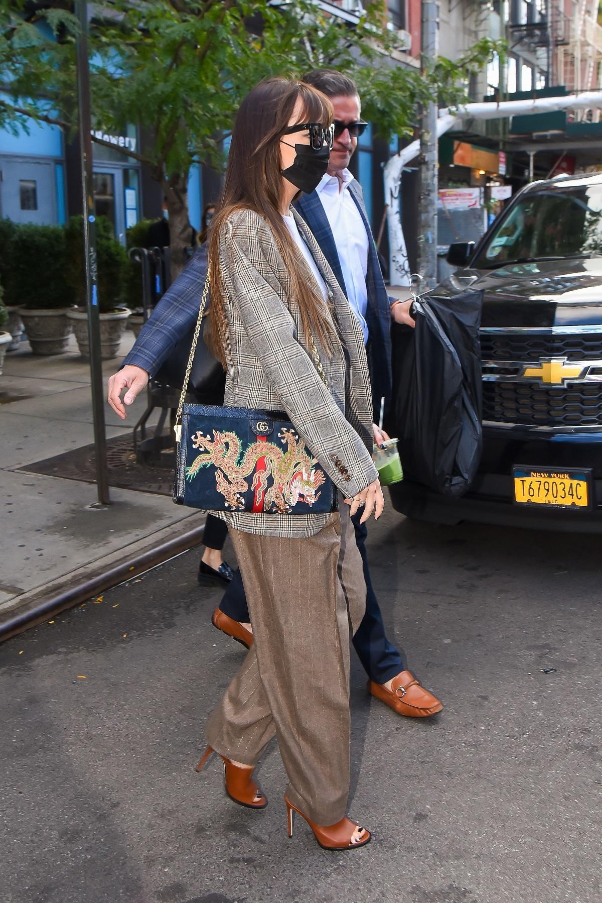 Los accesorios de Dakota Johnson que elevan su outfit.