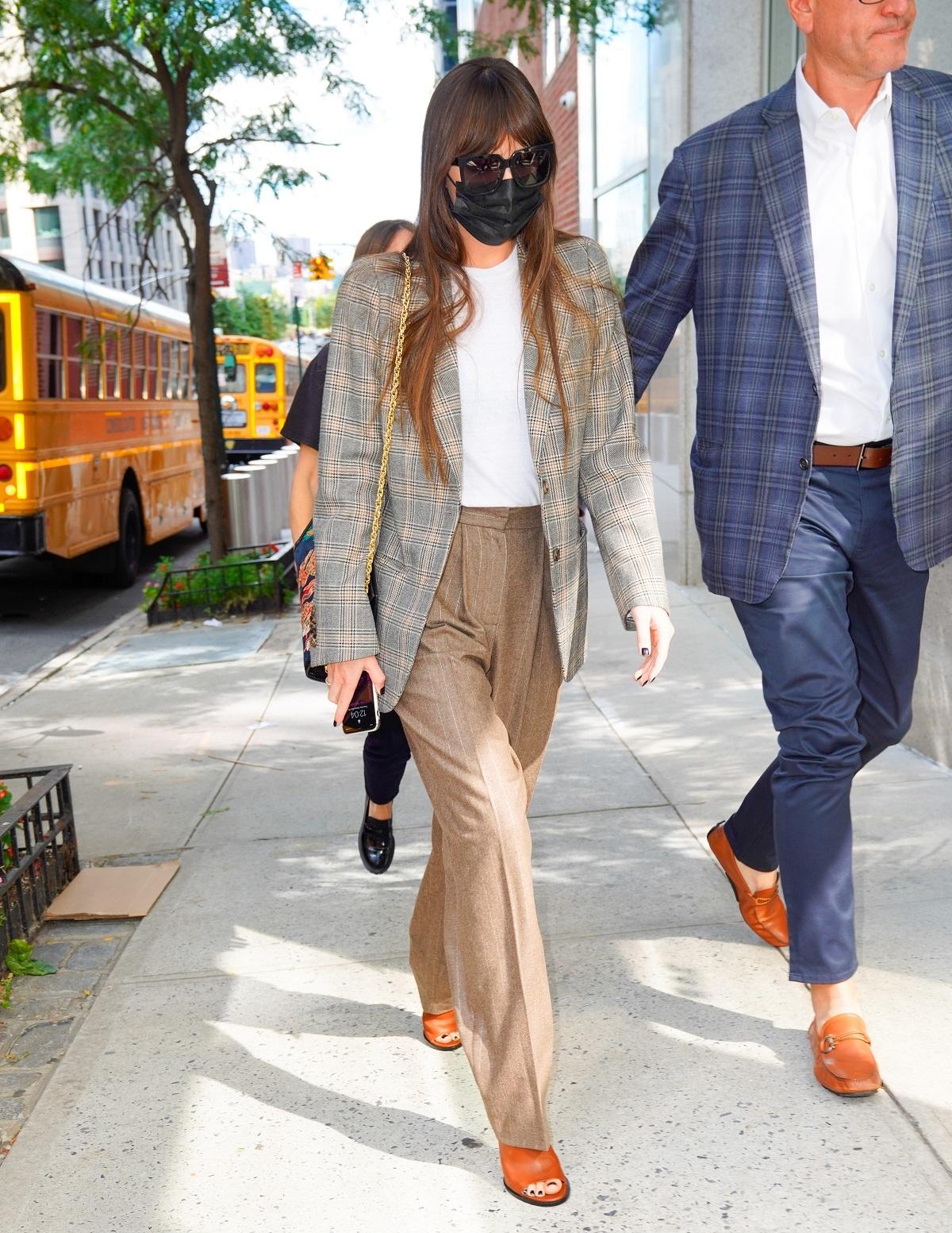 El look de Dakota Johnson en París.