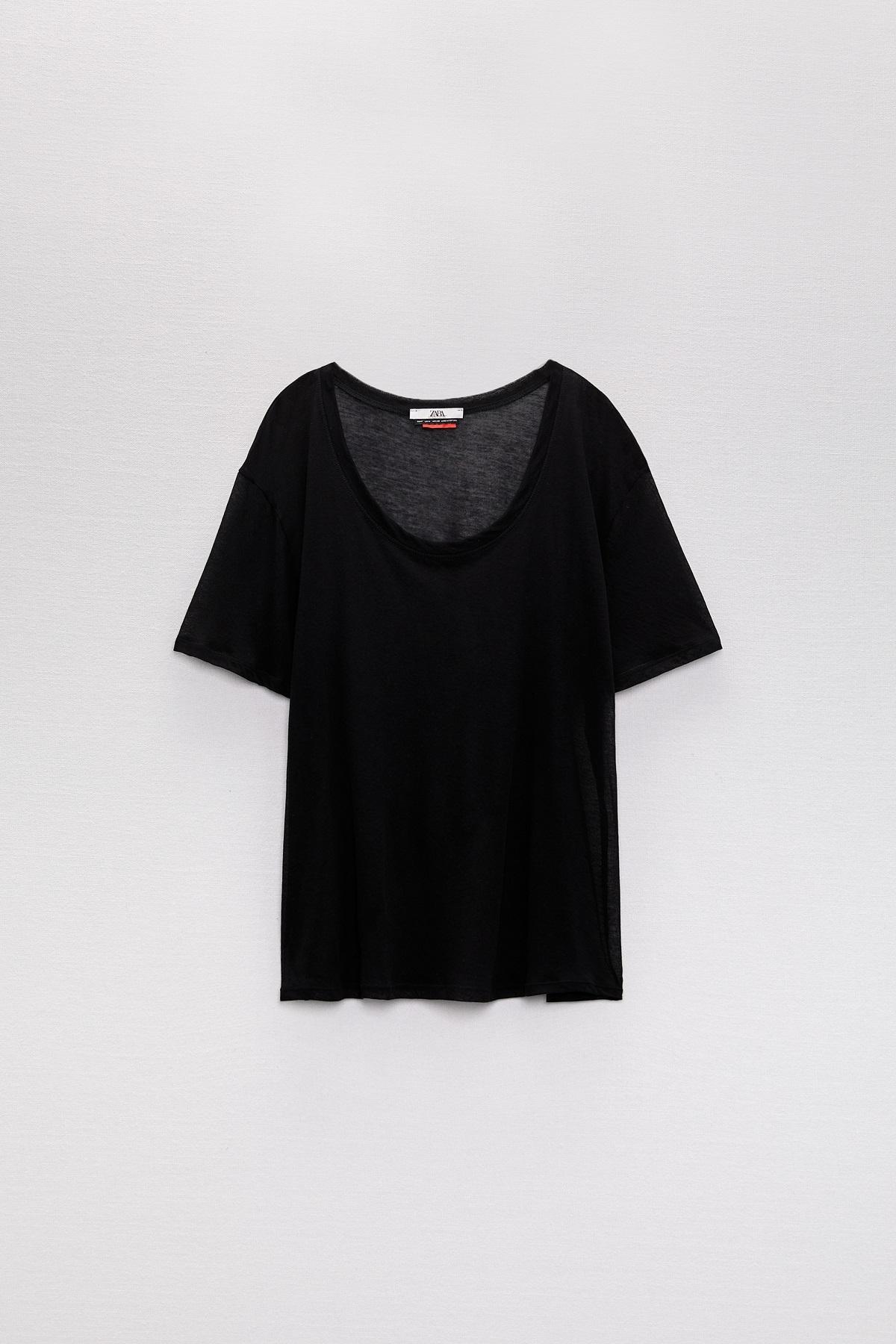 Camiseta básica negra de la colección de Zara.
