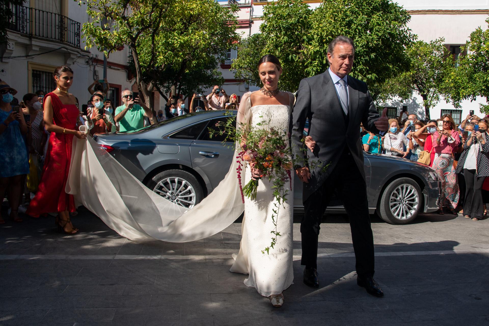 Bertín Osborne llega con su hija Claudia a la iglesia.