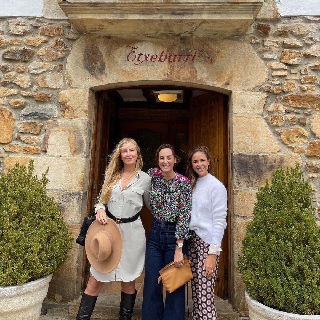 Tamara Falcó con dos amigas a la puerta de Etxebarri.