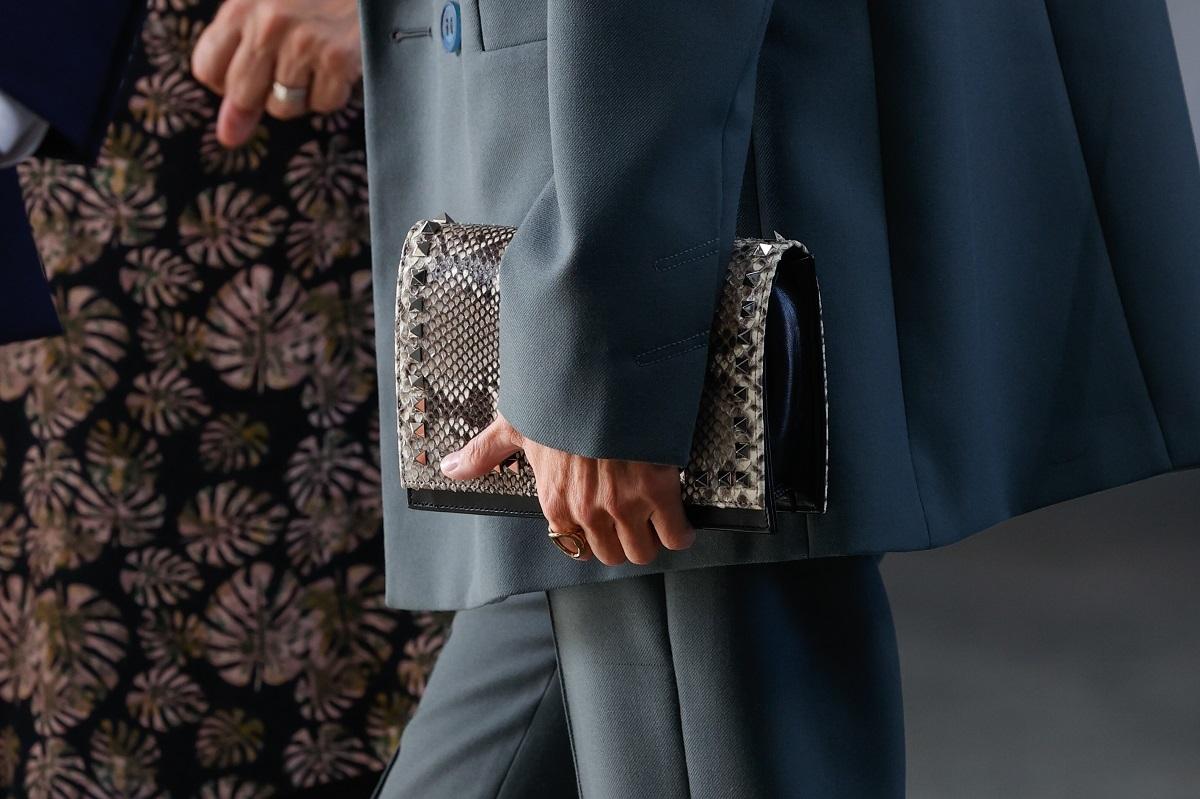 La cartera de la Reina Letizia a juego con los zapatos.