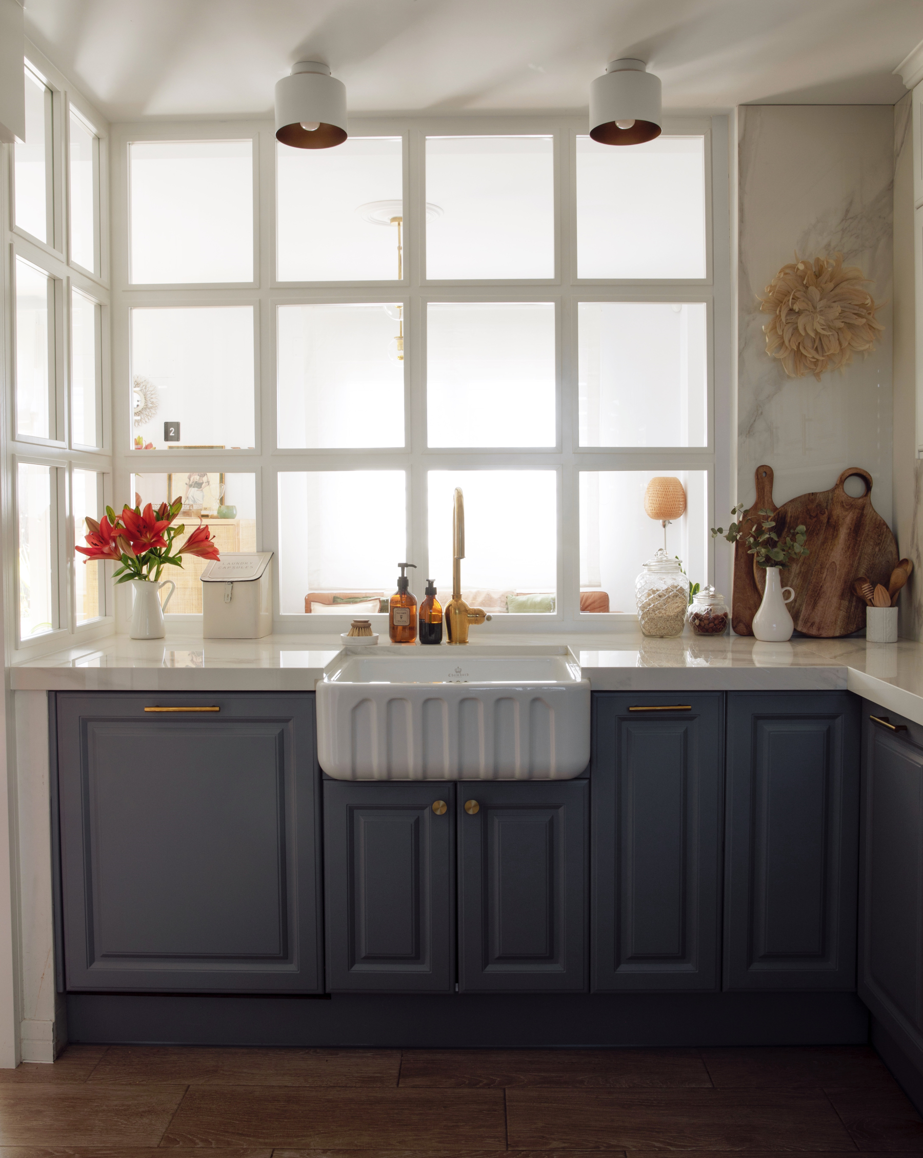 La cocina está totalmente renovada: abierta pero acristalada y amueblada con aire de granja.