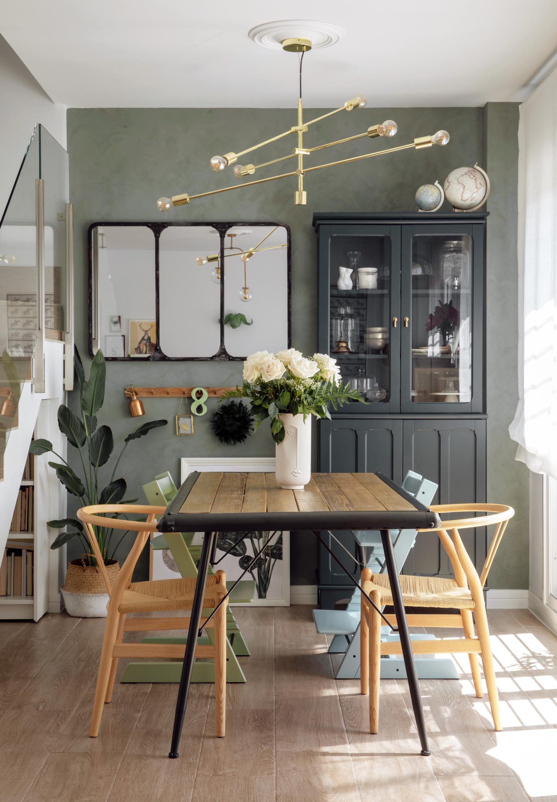 Una mesa de tablas, flores naturales, un espejo pintado en tono óxido... Nuria sabe mezclar sus hallazgos para dar coherencia cromática y estética a su salón
