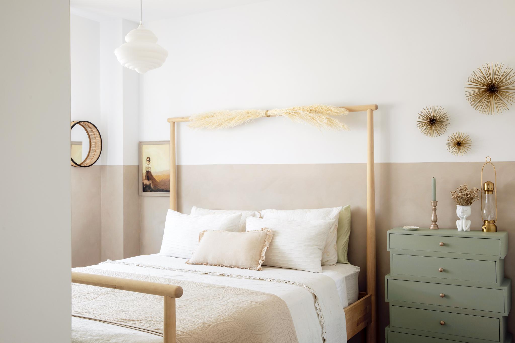 En el dormitorio principal, cama de Ikea, lámpara y espejo de Westwing.