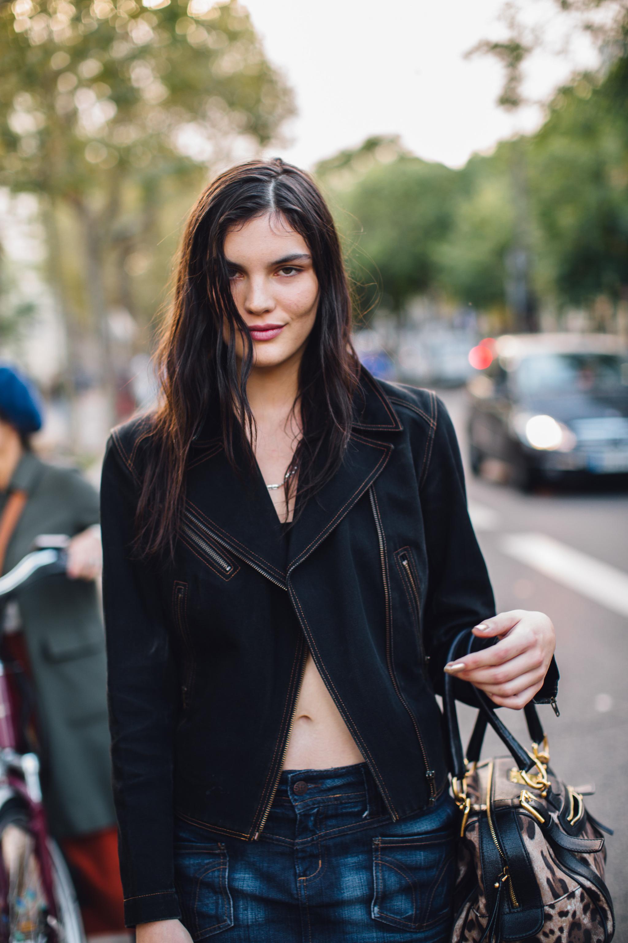 Las uñas metalizadas se convierten en la tendencia de manicura inesperada de las parisinas.