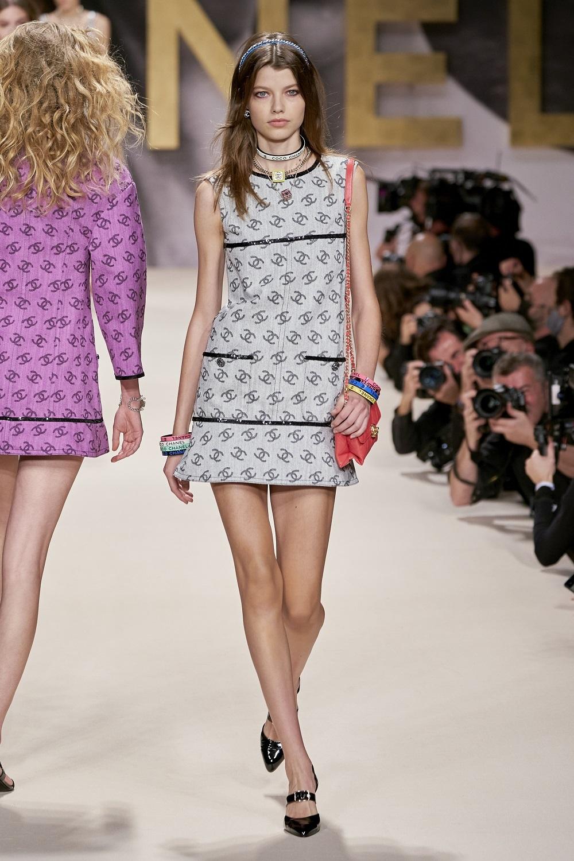 Vestido mini con el logo de Chanel.