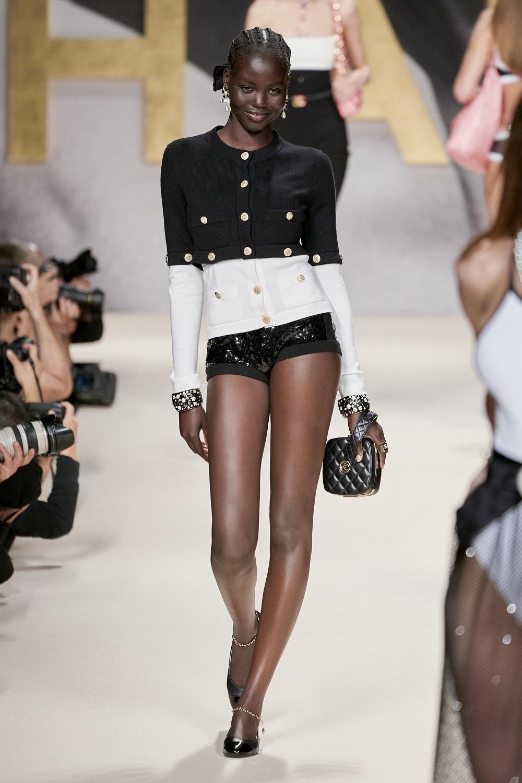 Chaqueta de tweed con amplias hombreras y short de lentejuelas, de Chanel.