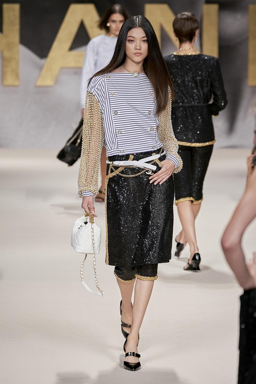 Camisa marinera con mangas de perlas y falda de lentejuelas, de Chanel.