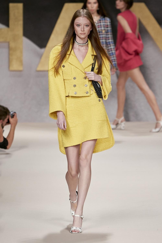 Traje de chaqueta de tweed, de Chanel.