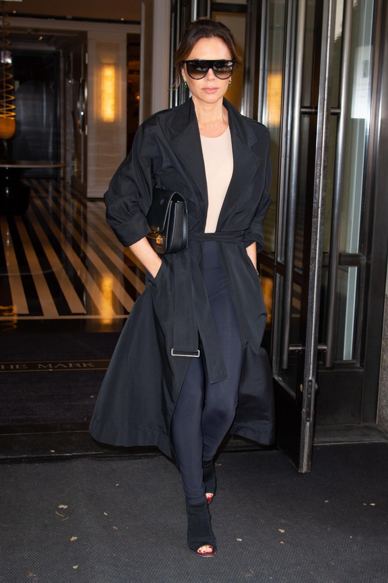 Victoria Beckham con un look en negro y azul marino