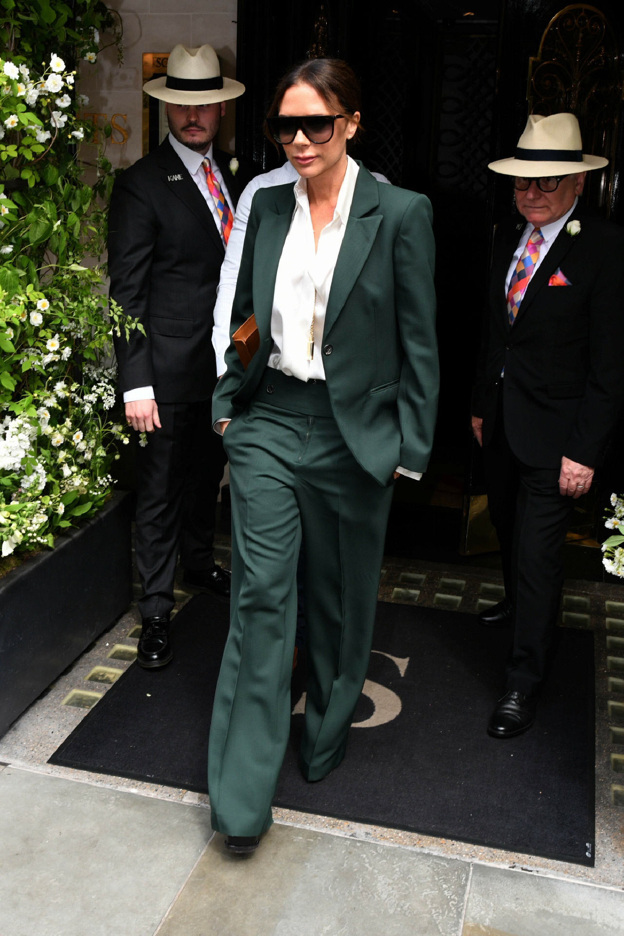 Con traje de inspiración masculina en verde, uno de los tonos estrella del otoño