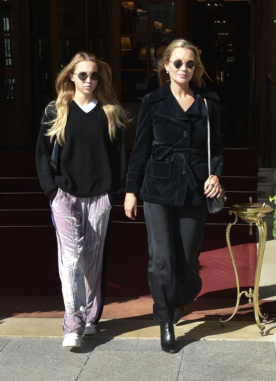 Lila Moss y Kate Moss en París durante la semana de la moda.