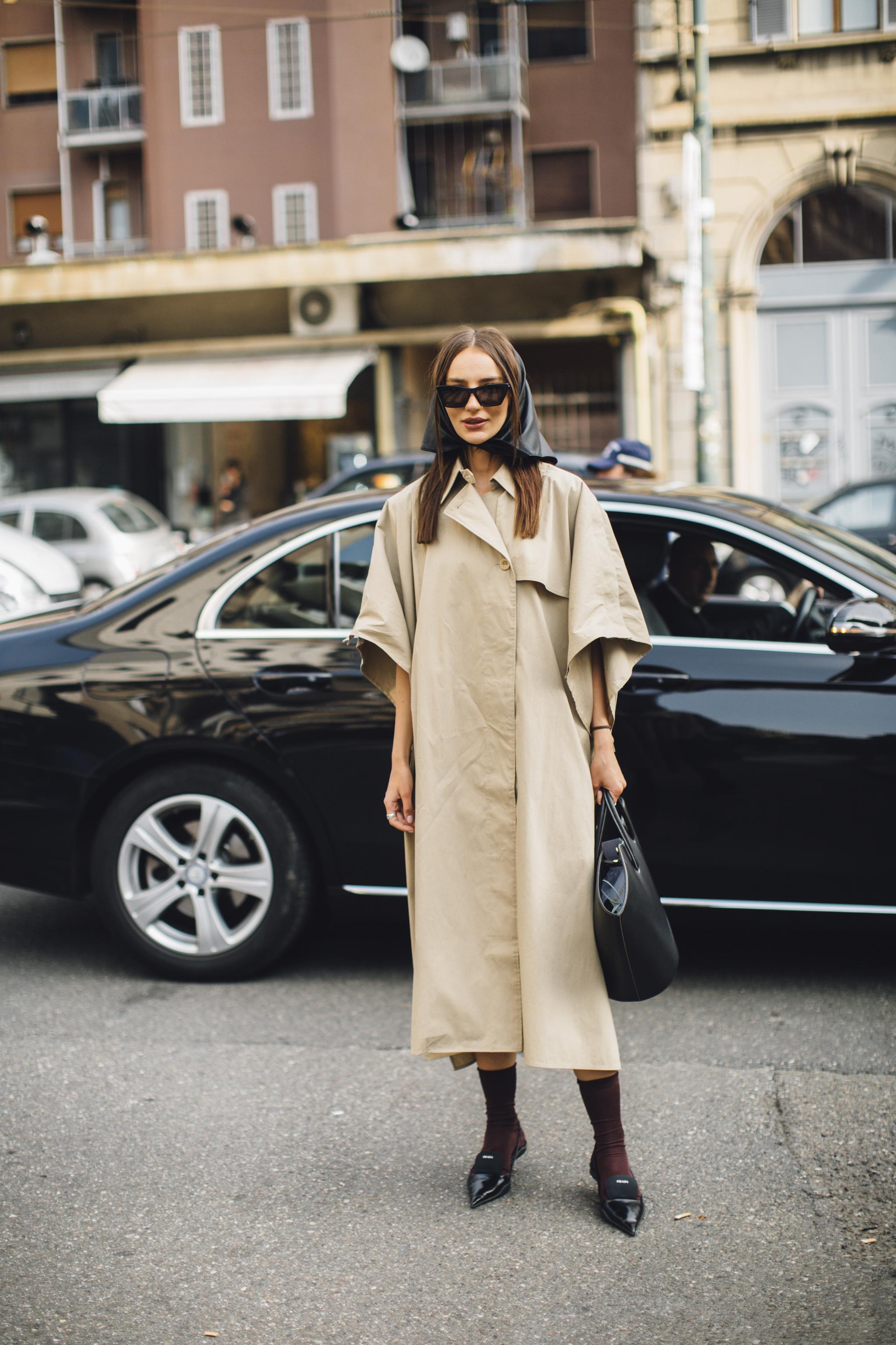 Corte minimalista, pañuelo en la cabeza y zapatos de Prada.