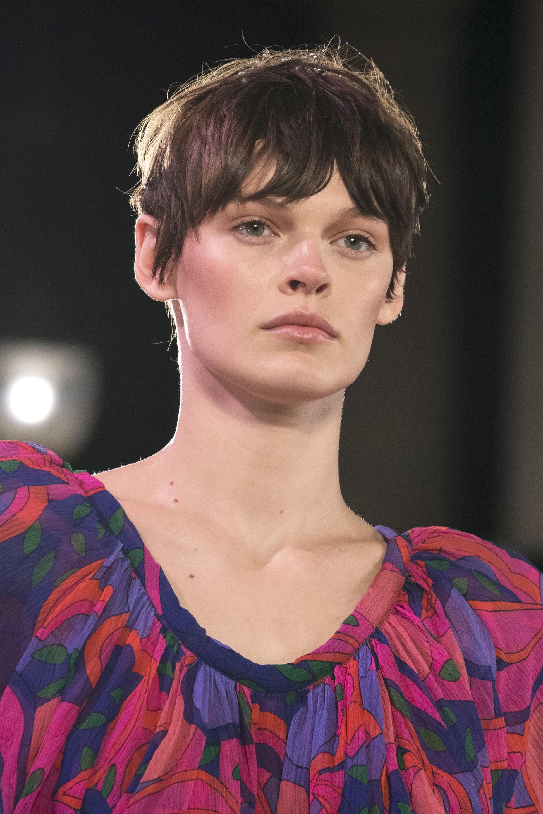 El corte de pelo pixie con flequillo efecto despeinado fue uno de los looks estrella del desfile de Isabel Marant de cara a la primavera-verano de 2022.