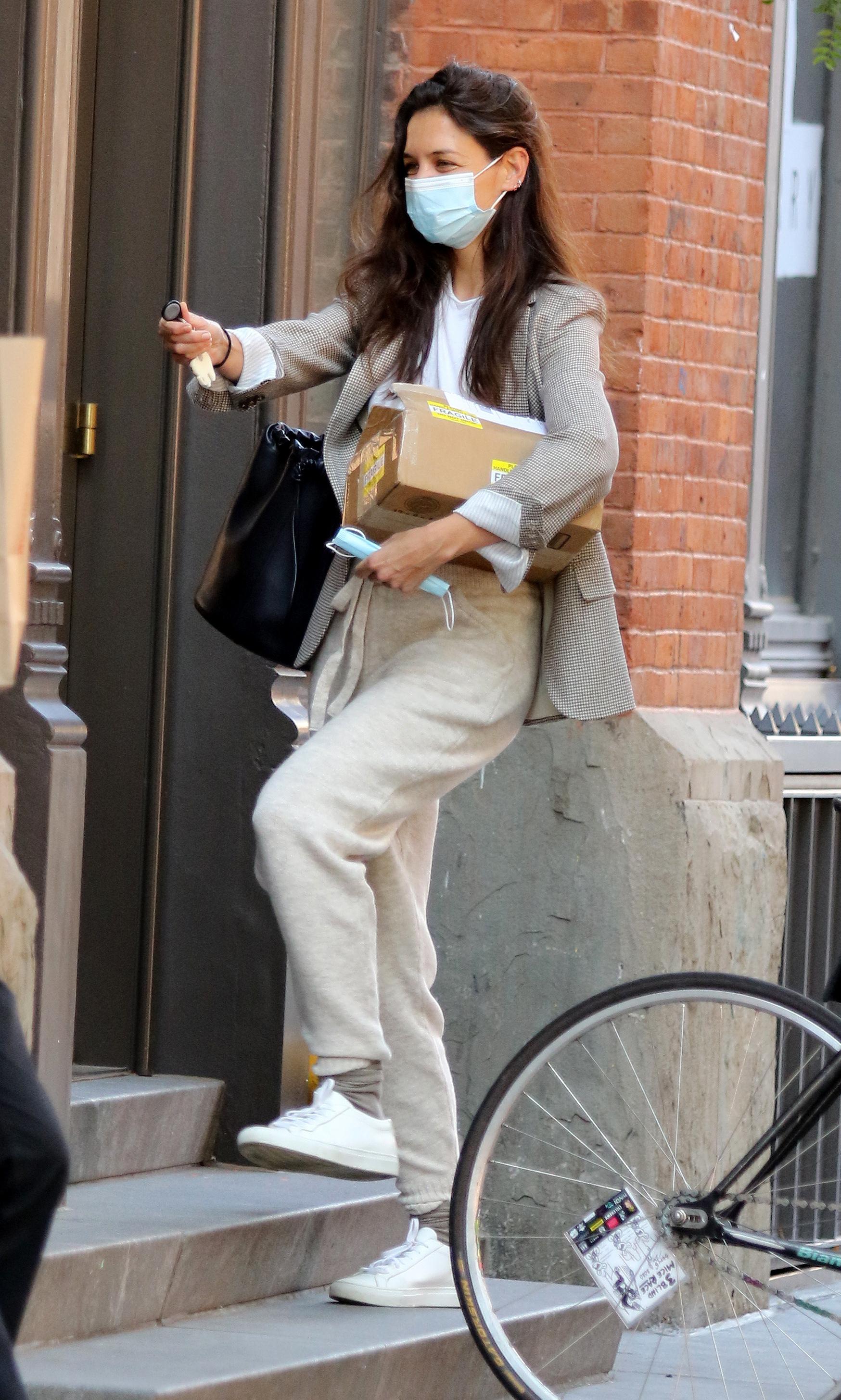 Katie Holmes con blazers de cuadros.