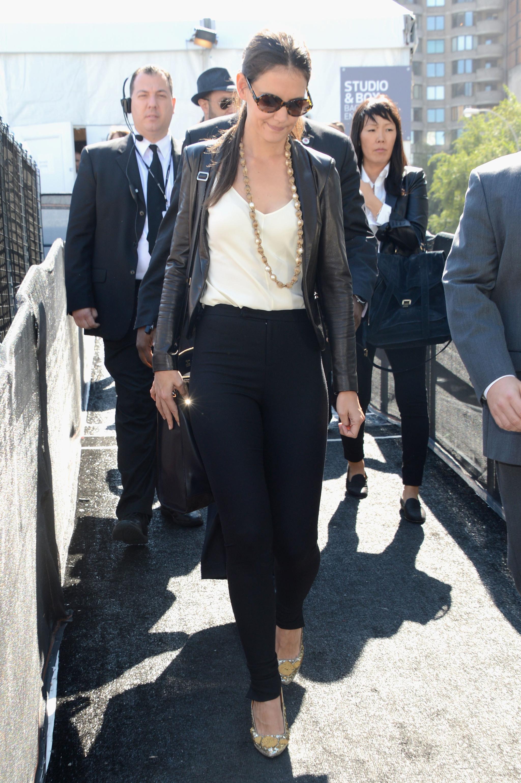 Katie Holmes enfundada en una blazer de cuero.