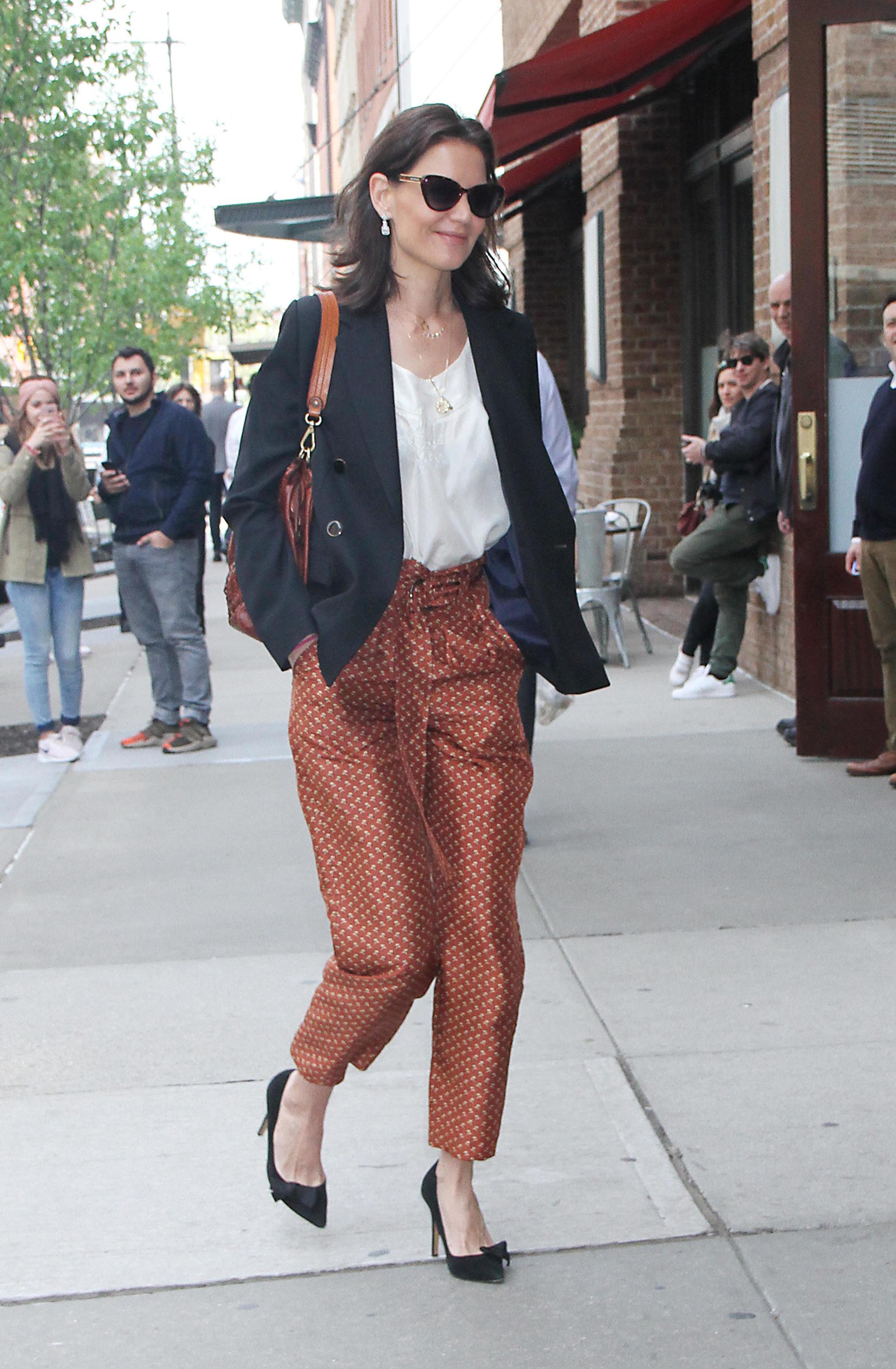 Katie Holmes con blazer negra cruzada.