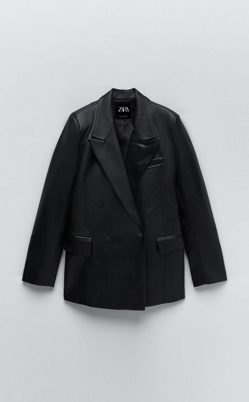 Blazer de cuero negra de Zara (59,95 euros).