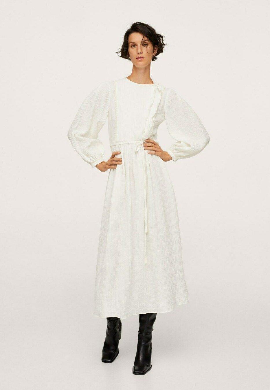 Vestido blanco de Mango.
